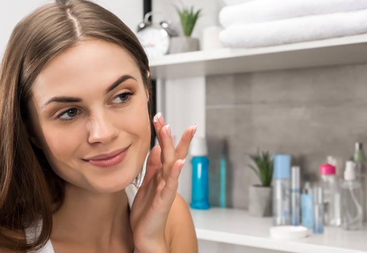 123beautiful-woman-with-clear-skin-applying-cream-on--58CX7EG